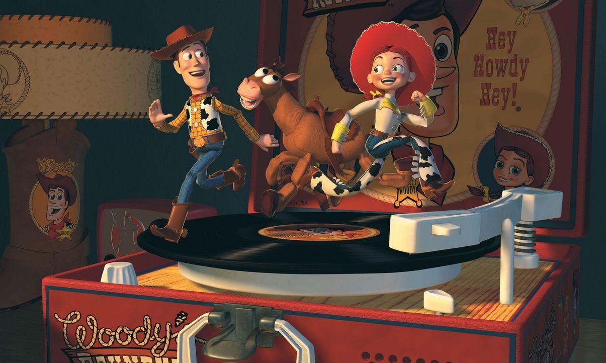 Seine neuen Freunde, das Cowgirl Jessie, l. und der Goldgräber Stinky Pete, erklären Woody, r., dass sie einst zusammengehörten und sogar eine eigen... - Bildquelle: Buena Vista International Television