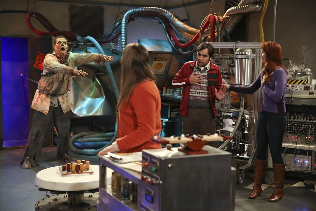 """Leonard, Amy (Mayim Bialik, 2.v.l.), Raj (Kunal Nayyar, 2.v.r.) und Emily (Laura Spencer, r.) gehen in einen """"Escape Room"""". Doch kann ihnen ein Zomb... - Bildquelle: Warner Bros. Television"""