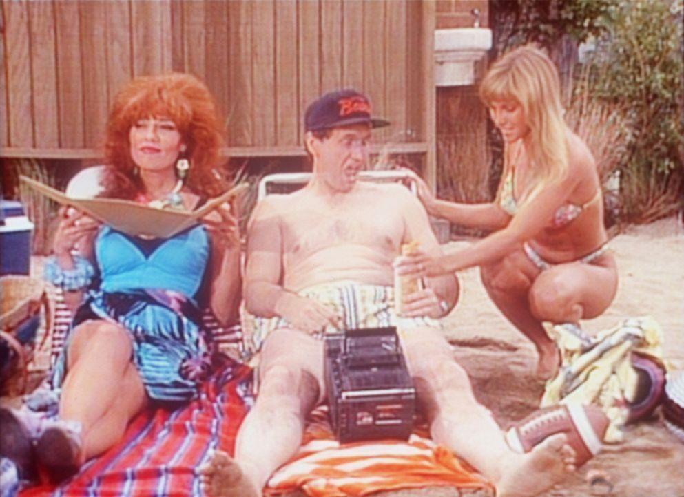 Obwohl er mit Peggy (Katey Sagal, l.) am Strand ist, lässt Al (Ed O'Neill, M.) keine Gelegenheit aus, mit anderen Frauen zu flirten. - Bildquelle: Sony Pictures Television International. All Rights Reserved.