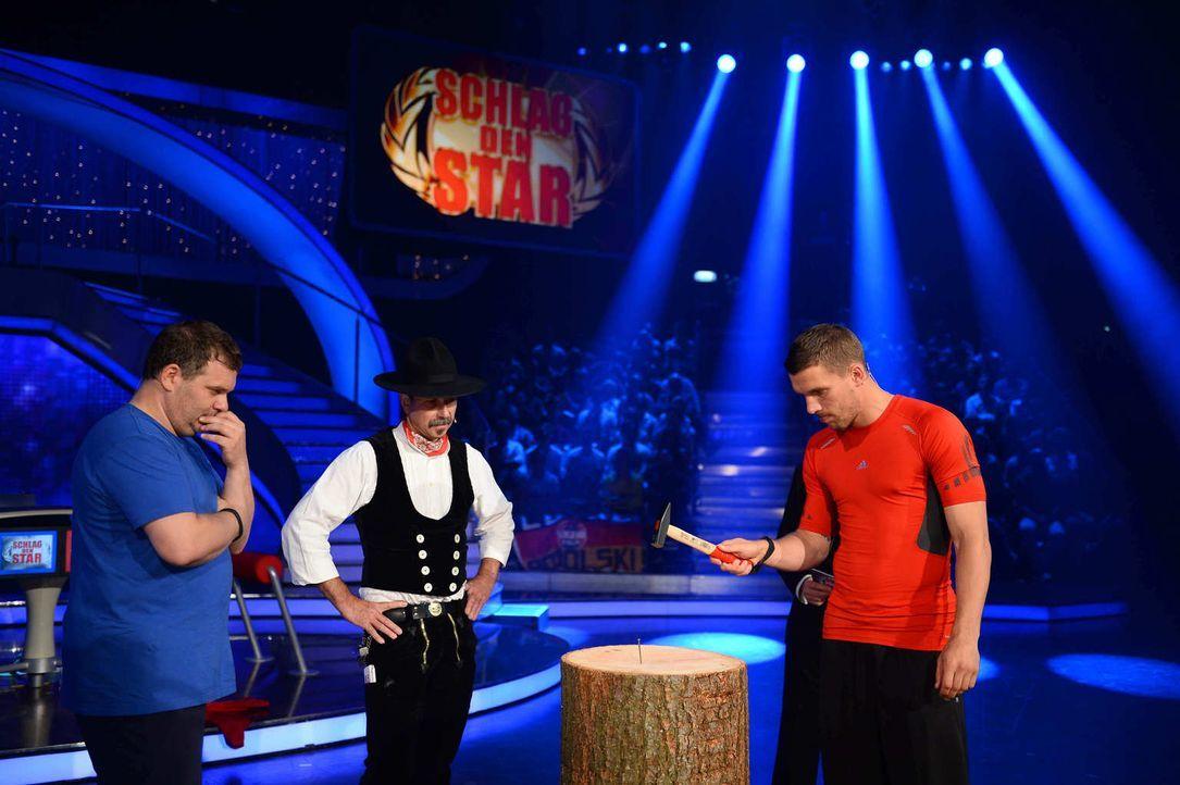 Wer nagelt besser? Sixpack Lukas Podolski (r.) oder Killerplauze Elton (l.)? - Bildquelle: Willi Weber ProSieben