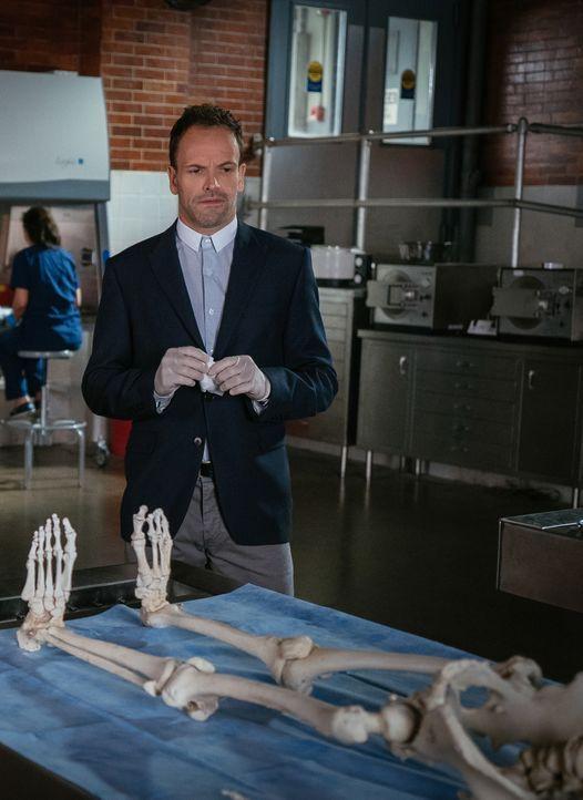 Eine genaue Untersuchung des Skeletts bringt Sherlock (Jonny Lee Miller) zu der Erkenntnis, dass das Mordopfer höchstwahrscheinlich erwürgt worden i... - Bildquelle: Michael Parmelee 2015 CBS Broadcasting Inc. All Rights Reserved.