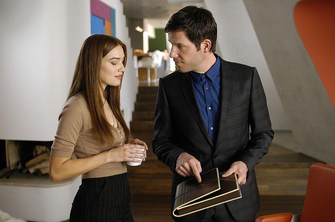 Leon (Tim Bergmann, r.) zeigt Marina (Zora Holt, l.) seine Mappe, in der er Entwürfe für sein neues Porzellan gesammelt hat. - Bildquelle: Oliver Feist Sat.1