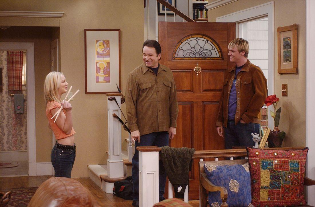 Nicht nur die neue Lärmkulisse, sondern auch, dass sich Bridget (Kaley Cuoco, l.) in ihren Schlagzeuglehrer Ben (Nick Carter, r.) verliebt hat, kan... - Bildquelle: ABC, Inc.