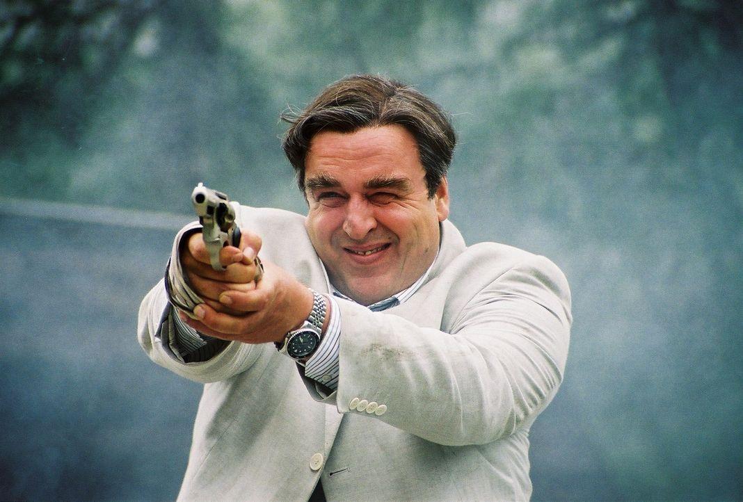 Der angebliche Versicherungsvertreter Hagedorn (Oliver Nägele) kennt bei der Beschaffung der gestohlenen Schmuckstücke keine Grenzen ... - Bildquelle: Bernhard Berger ProSieben