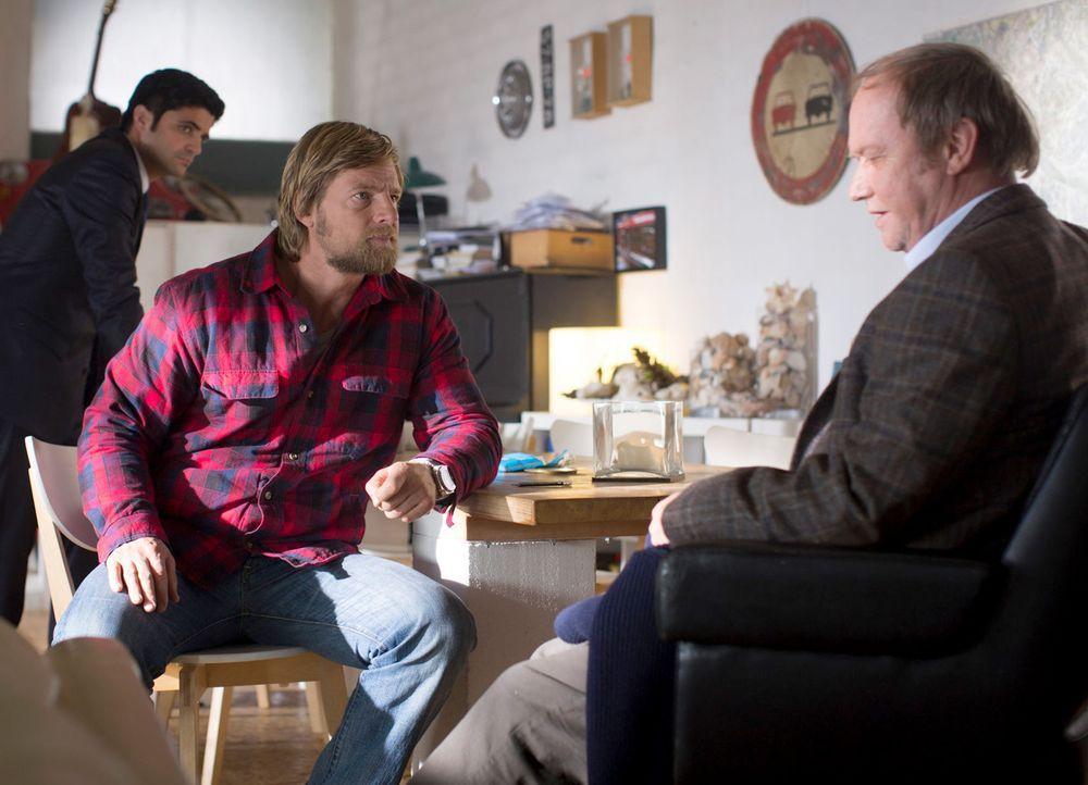Als Mick (Henning Baum, M.) und Andreas (Maximilian Grill, l.) auf den Vater des Ermordeten stoßen, treffen sie auf einen sehr unglücklichen Mann.... - Bildquelle: Martin Rottenkolber SAT. 1