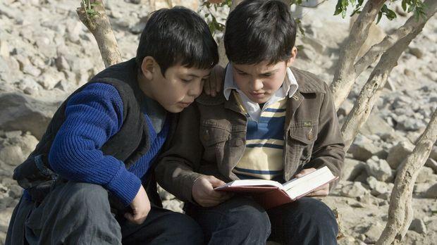 Immer wieder liest Amir (Zekiria Ebrahimi, r.) seinem Freund Hassan (Ahmad Kh...