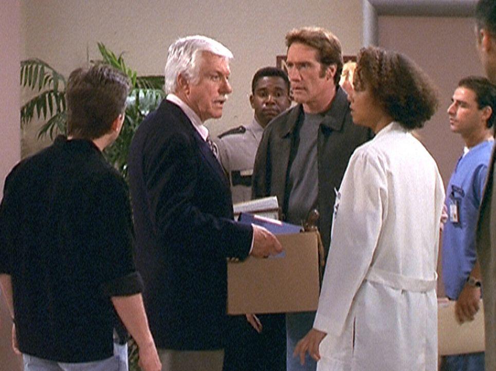 Steve (Barry Van Dyke, 3.v.r.), Mark (Dick Van Dyke, 2.v.l.), Jesse (Charlie Schlatter, l.) und Amanda (Victoria Rowell) wurde gekündigt, da sie ang... - Bildquelle: Viacom
