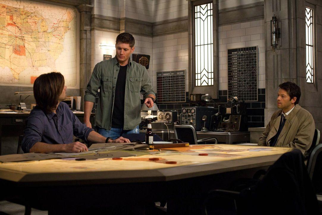 Während Sam (Jared Padalecki, l.) und Dean (Jensen Ackles, M.) nach dem Weg suchen, einen Dämon zu heilen, macht Cas (Misha Collins, r.) die Bekannt... - Bildquelle: Warner Bros. Television