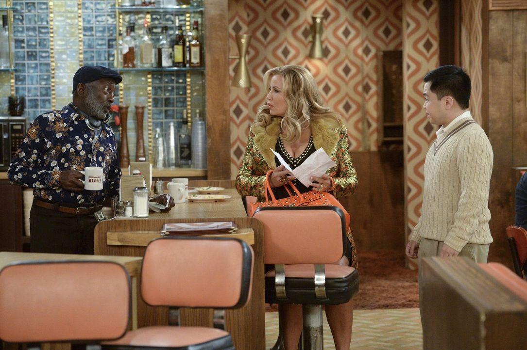 Earl (Garrett Morris, l.), Han (Matthew Moy, r.) und Sophie (Jennifer Coolidge, M.) vertreiben sich die Zeit im Diner ... - Bildquelle: Warner Bros. Television