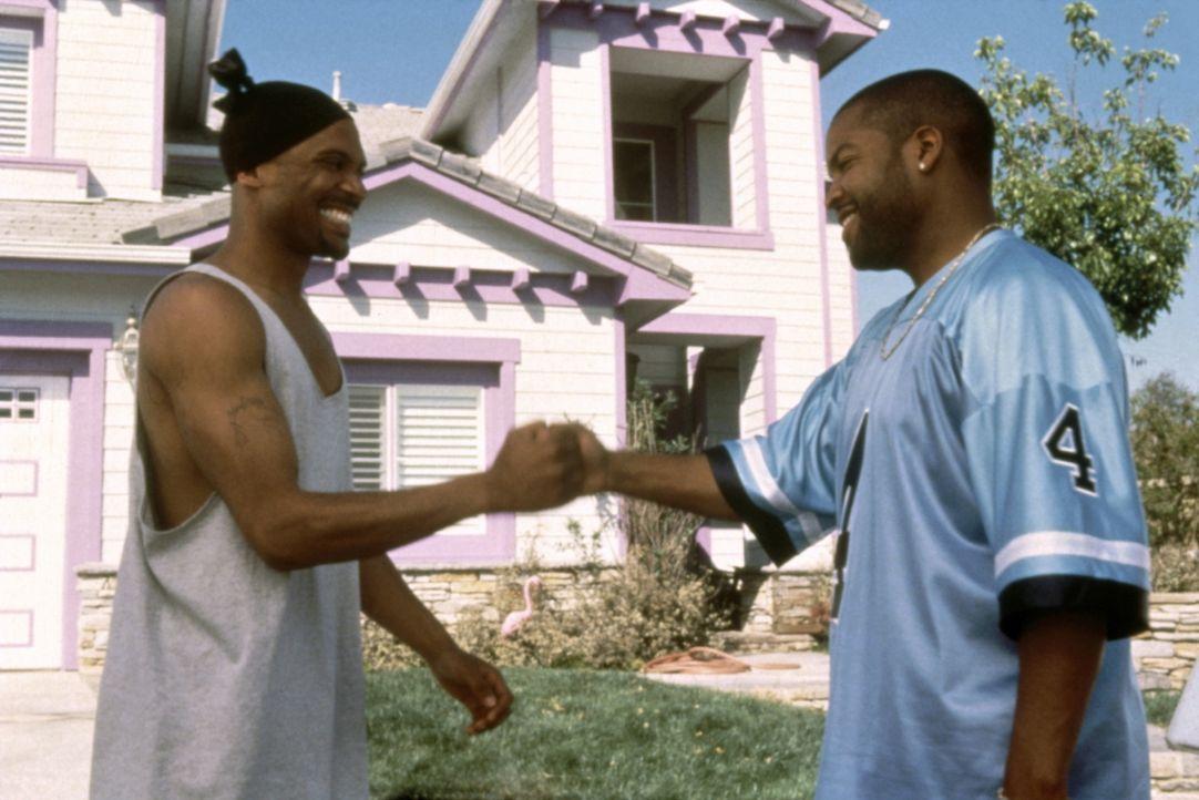 Für Cousin Day-Day (Mike Epps, l.) brechen harte Zeiten an. Kann Craig (Ice Cube, r.) ihm helfen? - Bildquelle: Kinowelt Filmverleih