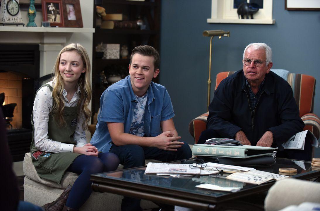Während Lizzie (Hana Hayes, l.) und ihr Freund Joel (John Owen Lowe, M.) auf Debbie treffen, die nach ihrer Kündigung in eine Identitätskrise stolpe... - Bildquelle: 2015-2016 Fox and its related entities.  All rights reserved.