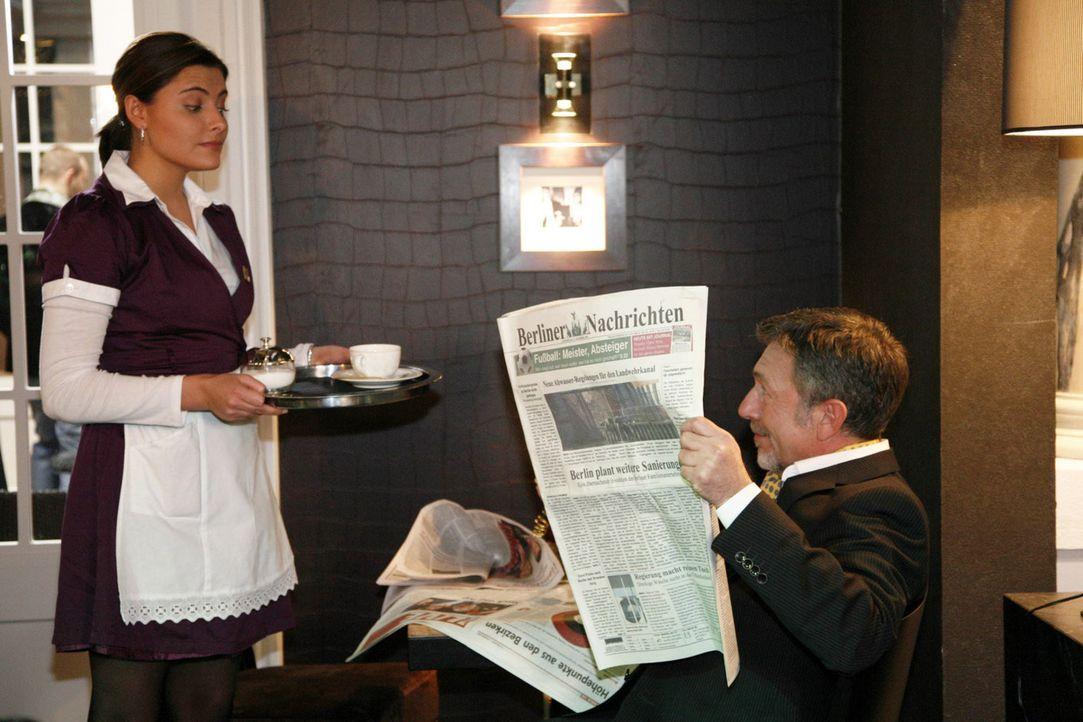 Eine besondere Überraschung: Chris (Sophia Thomalla, l.) trifft im Hotel auf ihren Vater Alister Putzer (Michele Oliveri, r.) ... - Bildquelle: SAT.1