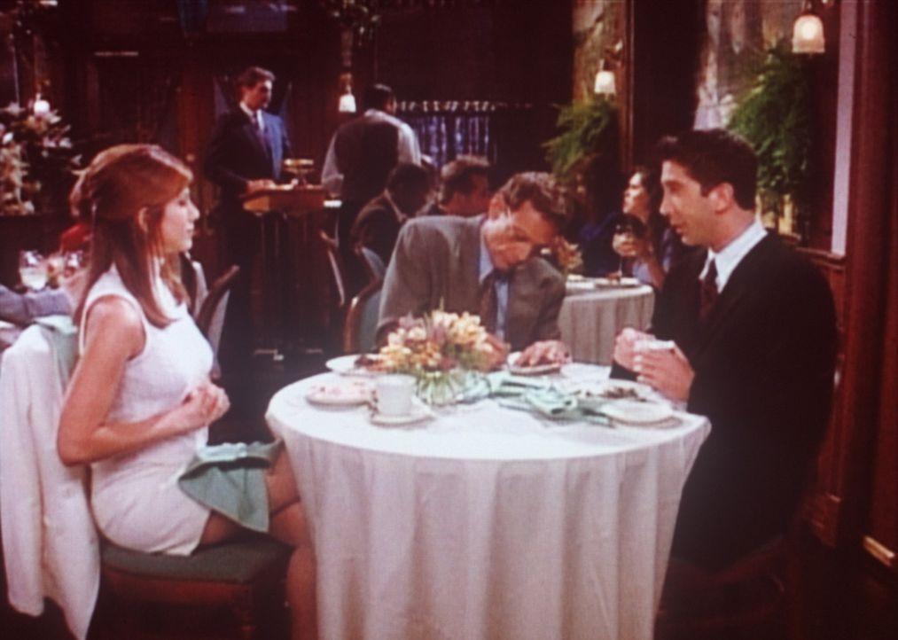 Rachel (Jennifer Aniston, l.) möchte, dass sich Ross (David Schwimmer, r.) und ihr Vater gut verstehen. - Bildquelle: TM+  2000 WARNER BROS.