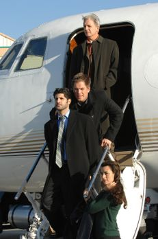 Navy CIS - Gibbs (Mark Harmon, oben), Tony (Michael Weatherly, 2.v. oben) und...