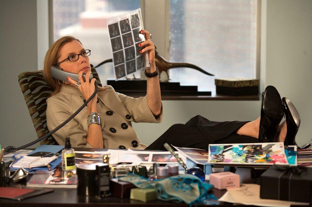 Als Chefredakteurin eines großen Modemagazins steht Sylvie (Annette Bening) mit beiden Beinen im Leben ... - Bildquelle: Constantin Film Verleih 2008