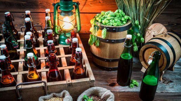 Bier in Flaschen und Zutaten zum Bierbrauen