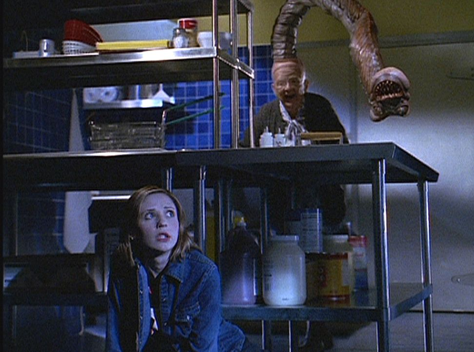 """Nachts geht Buffy (Sarah Michelle Gellar, l.) zurück in """"Doublemeat Palace"""" und trifft auf eine Stammkundin, eine alte Frau, die in Wahrheit ein Däm... - Bildquelle: TM +   Twentieth Century Fox Film Corporation. All Rights Reserved."""