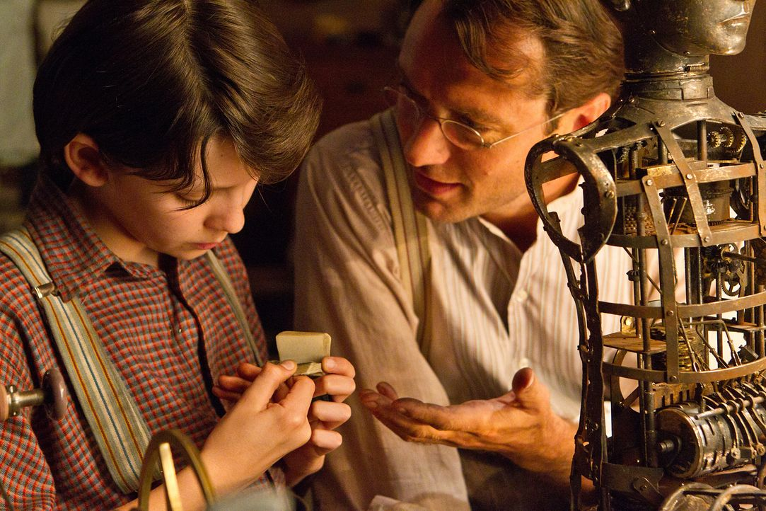 Ein Automaten-Mensch und eine Bauanleitung sind das Einzige, was Hugo (Asa Butterfield, l.) von seinem verstorbenen Vater (Jude Law, r.) geblieben i... - Bildquelle: Jaap Buitendijk 2011 GK Films.  All Rights Reserved.