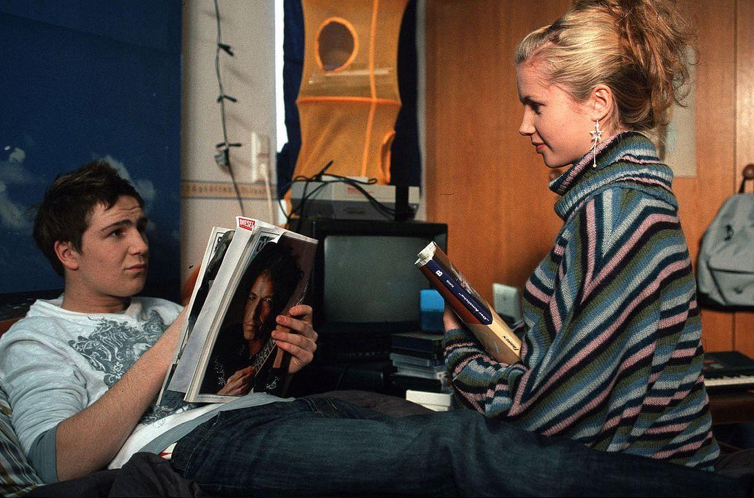 Jonas (Frederick Lau, l.) und Jamie (Cornelia Gröschel, r.) rätseln über das seltsame Verhalten ihrer Eltern ... - Bildquelle: Ronny Lang Sat.1