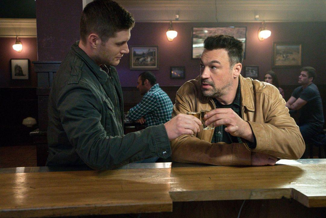 Dean (Jensen Ackles, l.) ist mehr als begeistert, als er persönlich den Wrestler Gunner Lawless (Aleks Paunovic, r.) kennenlernt, doch da ahnt er no... - Bildquelle: 2014 Warner Brothers