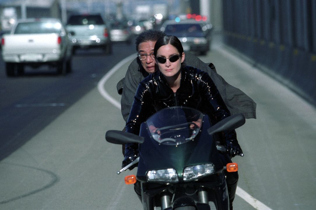 Obwohl Rebellenführer Morpheus stets vor einer Fahrt auf dem Highway warnte, bleibt Trinity (Carrie-Anne Moss, vorne) keine andere Wahl, bei der En... - Bildquelle: Warner Bros.