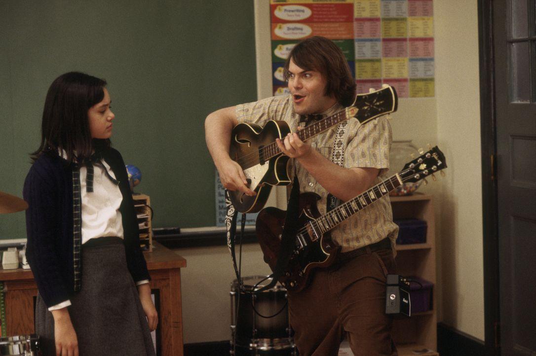 Mit seiner unkonventionellen Art gelingt es Dewey Finn (Jack Black, r.) sogar, Katie (Rebecca Brown, l.) für seine Rockband zu gewinnen ... - Bildquelle: Paramount Pictures