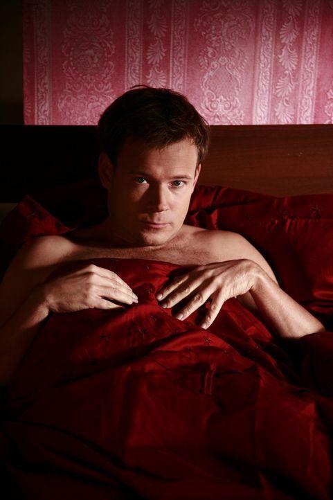 Mathias (Mathias Schlung) liegt auch schlecht gelaunt im Bett. - Bildquelle: Sat.1
