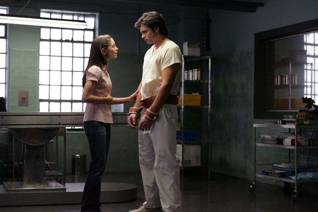 Nicht nur, dass Clark (Tom Welling, r.) keine Superkräfte mehr hat, Lana (Kristin Kreuk, l.) ist auch nicht mit Lex Luthor zusammen. Sie kennt ihn o... - Bildquelle: Warner Bros.