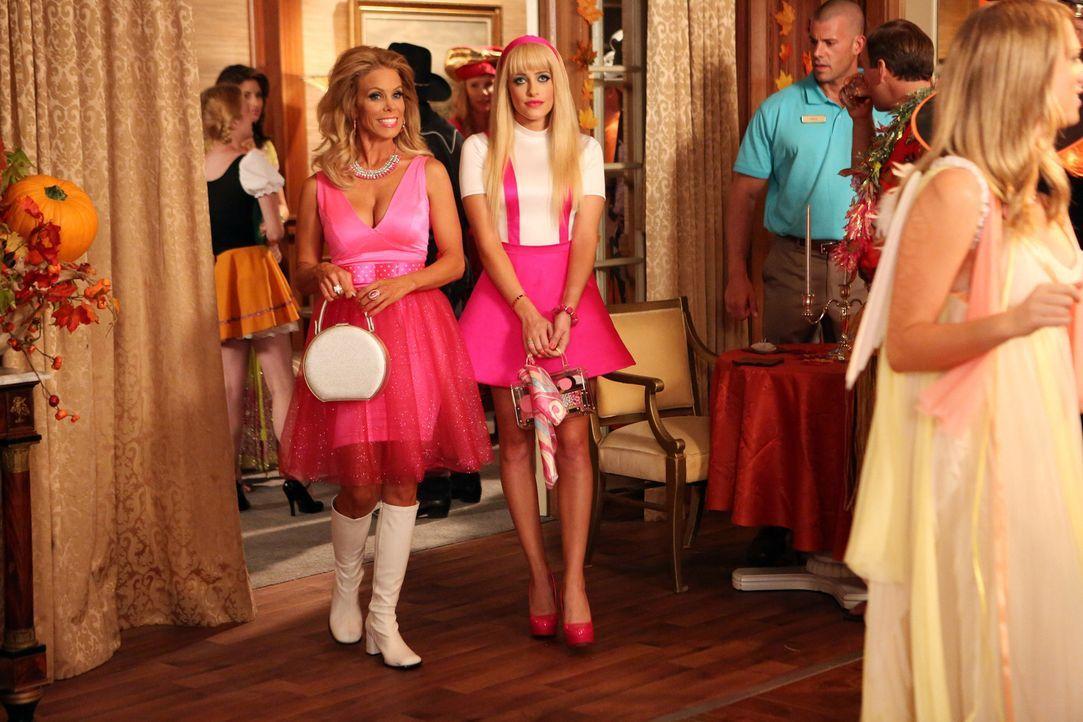 Freuen sich auf den Halloweenball: Dallas (Cheryl Hines, M.l.) und Dalia (Carly Chaikin, M.r.) ... - Bildquelle: Warner Brothers