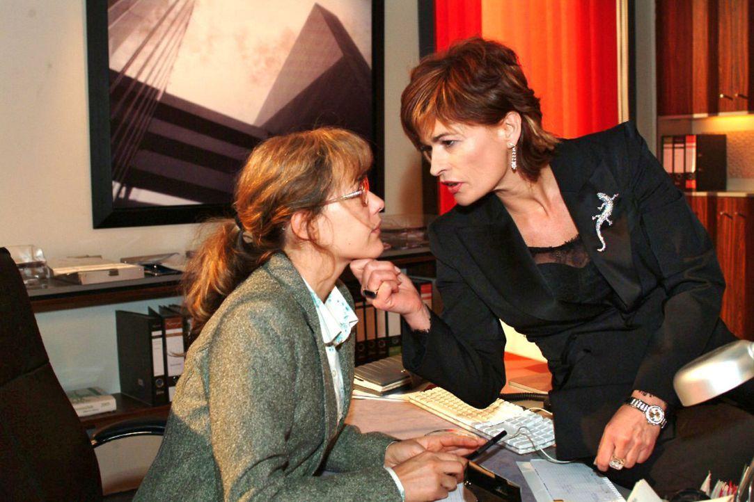 Lisa (Alexandra Neldel, l.) ist mit ihren Nerven am Ende, als Sophie (Gabrielle Scharnitzky, r.) ihr Gift versprüht. (Dieses Foto von Alexandra Nel... - Bildquelle: Noreen Flynn Sat.1