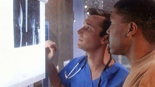 Dr. Benton (Eric LaSalle, r.) verletzt sich an der Hand. Carter (Noah Wyle, l...