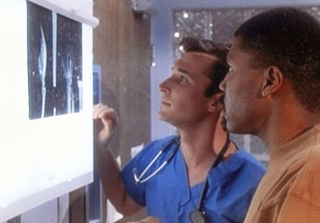 Dr. Benton (Eric LaSalle, r.) verletzt sich an der Hand. Carter (Noah Wyle, l.) muss für ihn einspringen und kann endlich selbständig operieren. - Bildquelle: TM+  WARNER BROS.