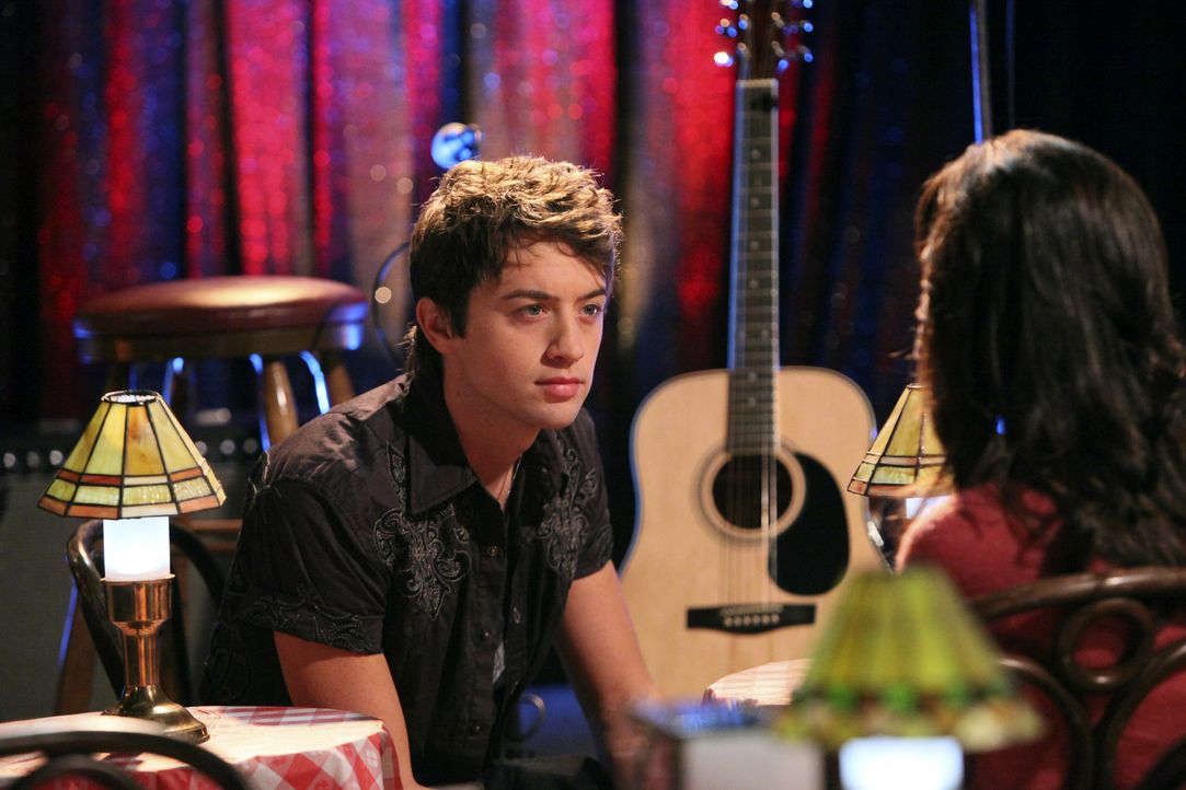 Damon (Johnny Pacar, l.) schlägt Kaylie (Josie Loren, r.) vor, ihre Gefühle auf Papier festzuhalten ... - Bildquelle: 2010 Disney Enterprises, Inc. All rights reserved.