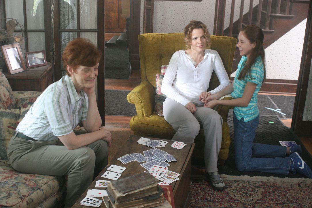 Nick freut sich auf ein ruhigeres Leben mit seiner Freundin Kate (Yvette Nipar, M.) und deren Tochter Samantha (Haley Ramm, r.). Doch dann gerät Kat... - Bildquelle: CPT Holdings, Inc. All Rights Reserved