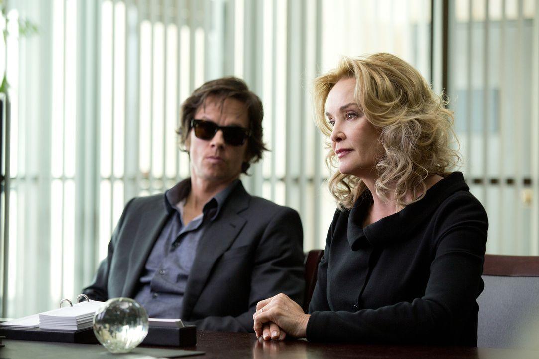 Roberta (Jessica Lange, r.) hilft ihrem skrupellosen Sohn Jim (Mark Wahlberg, l.) ein allerletztes Mal aus der Patsche, doch der bringt mit seiner S... - Bildquelle: Claire Folger 2016 Paramount Pictures