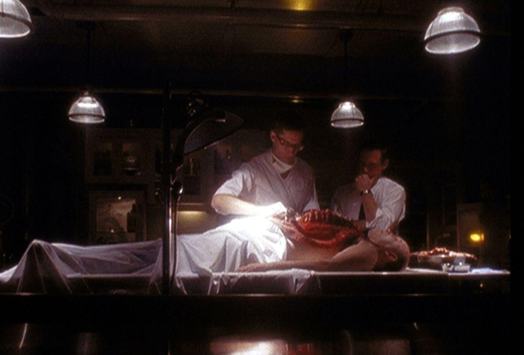 Agent Dales (Frederic Lane, r.) und der Gerichtsmediziner (Roger Haskett, l.) entdecken bei der Autopsie des ermordeten Agenten Michel Hayes (Brian... - Bildquelle: TM +   2000 Twentieth Century Fox Film Corporation. All Rights Reserved.
