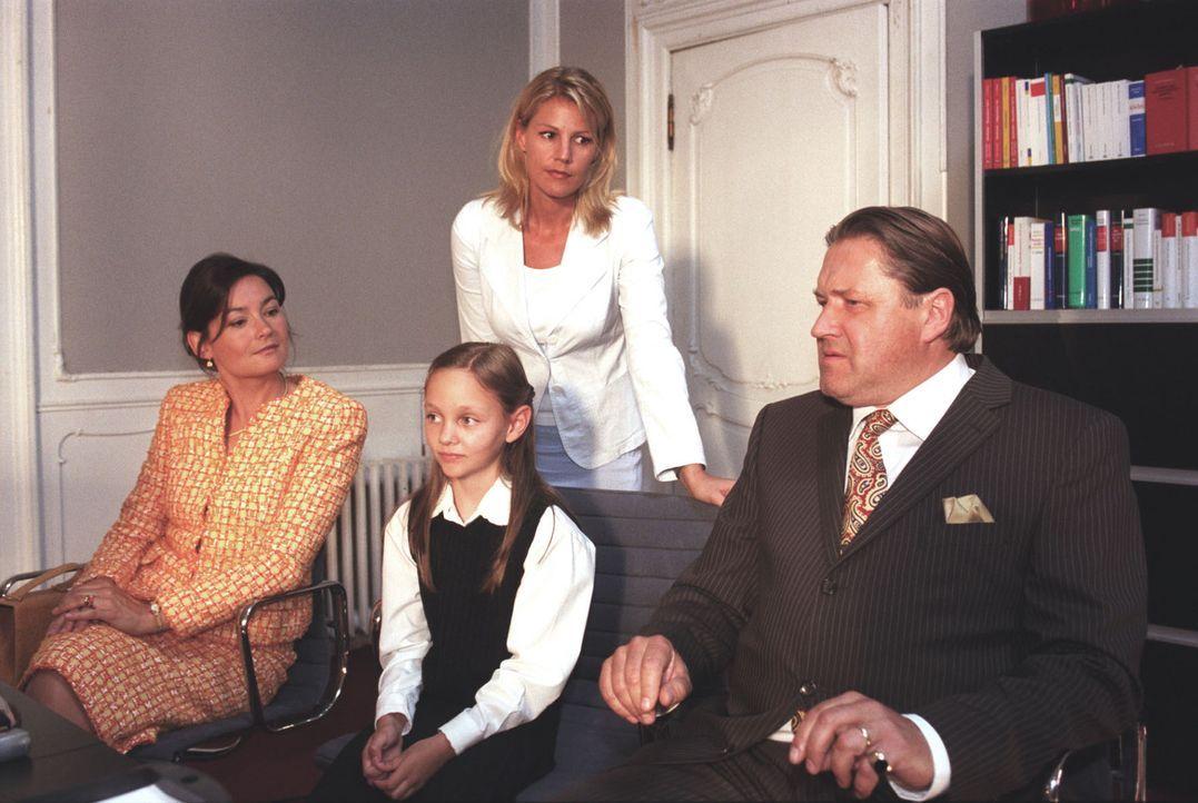 Herr Anstetten (Michael Brandner, r.) und seine Frau (Jacqueline Macauly, l.) wenden sich Hilfe suchend an Roman: Ihre Tochter Christine (Mathilde B... - Bildquelle: Claudius Pflug Sat.1