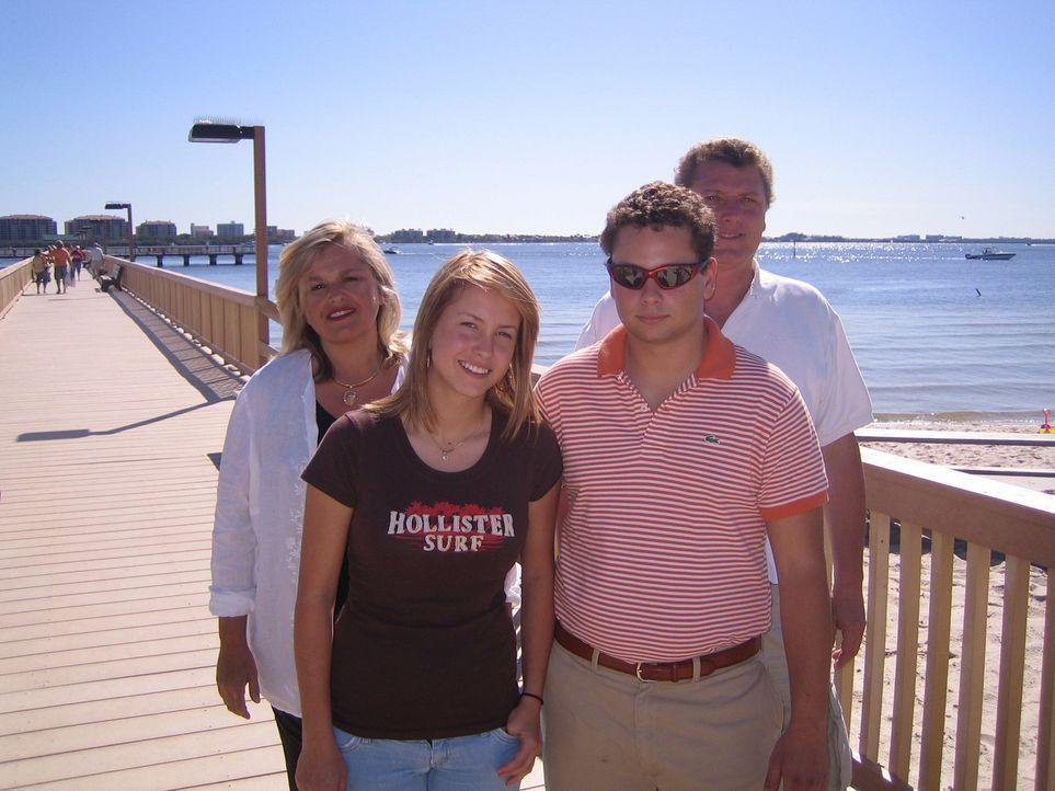 Familie Schiller lebt sich gerade in den USA ein. Mutter Margot (47), Vater Rolf (48), Sohn Mark (22) und Tochter Maren (16). - Bildquelle: kabel eins