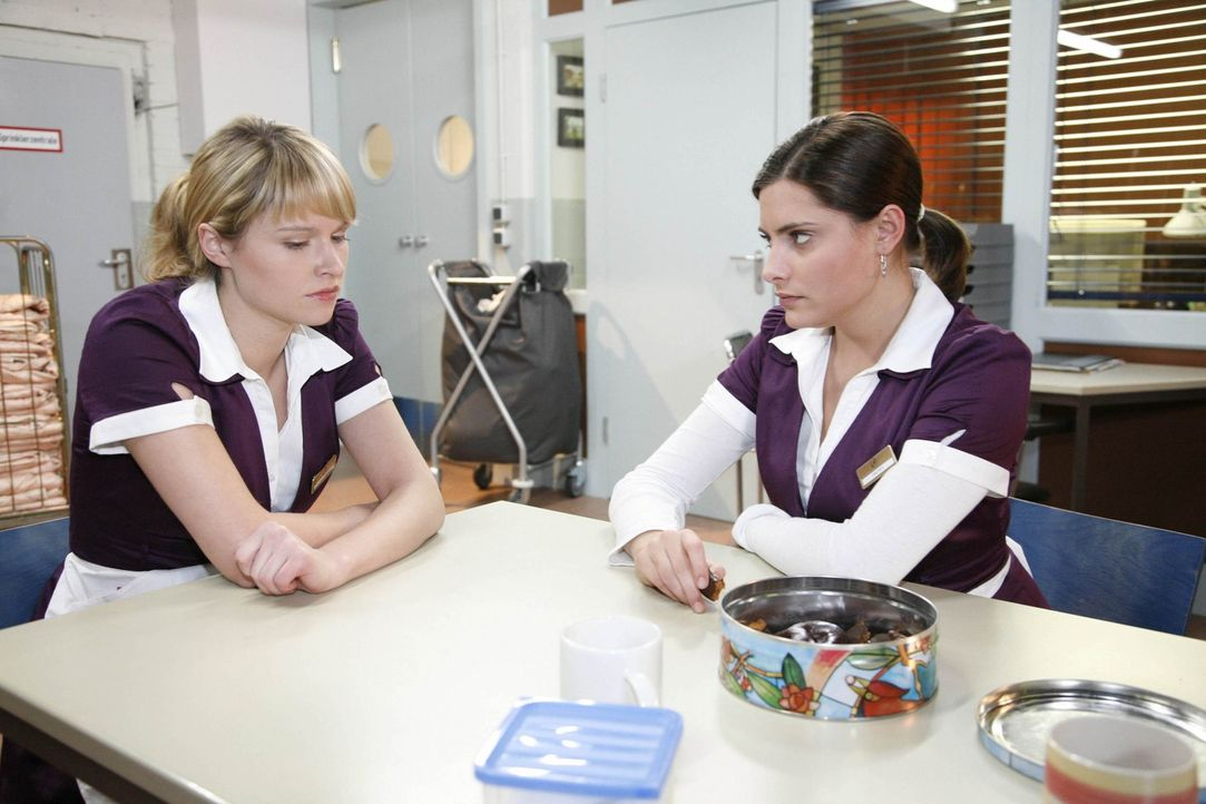 Die Zusammenarbeit zwischen Jessica (Isabell Ege, l.) und Chris (Sophia Thomalla, r.) verläuft nicht immer harmonisch ... - Bildquelle: SAT.1