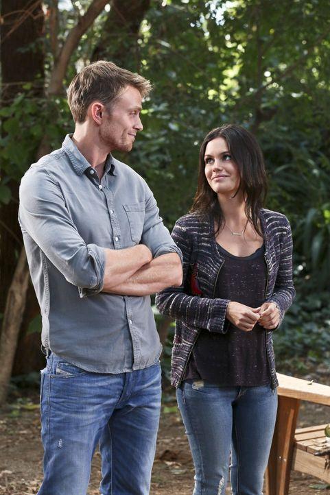 Zoe (Rachel Bilson, r.) gefällt es ganz und gar nicht, dass Wade (Wilson Bethel, l.) ausgerechnet mit ihrem neuen Freund abhängt ... - Bildquelle: Warner Brothers
