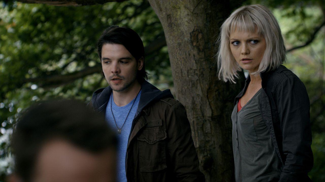 Der Kampf gegen Kreaturen aus der Vergangenheit geht weiter: Connor (Andrew Lee Potts, l.) und Abby (Hannah Spearritt, r.) ... - Bildquelle: ITV Plc