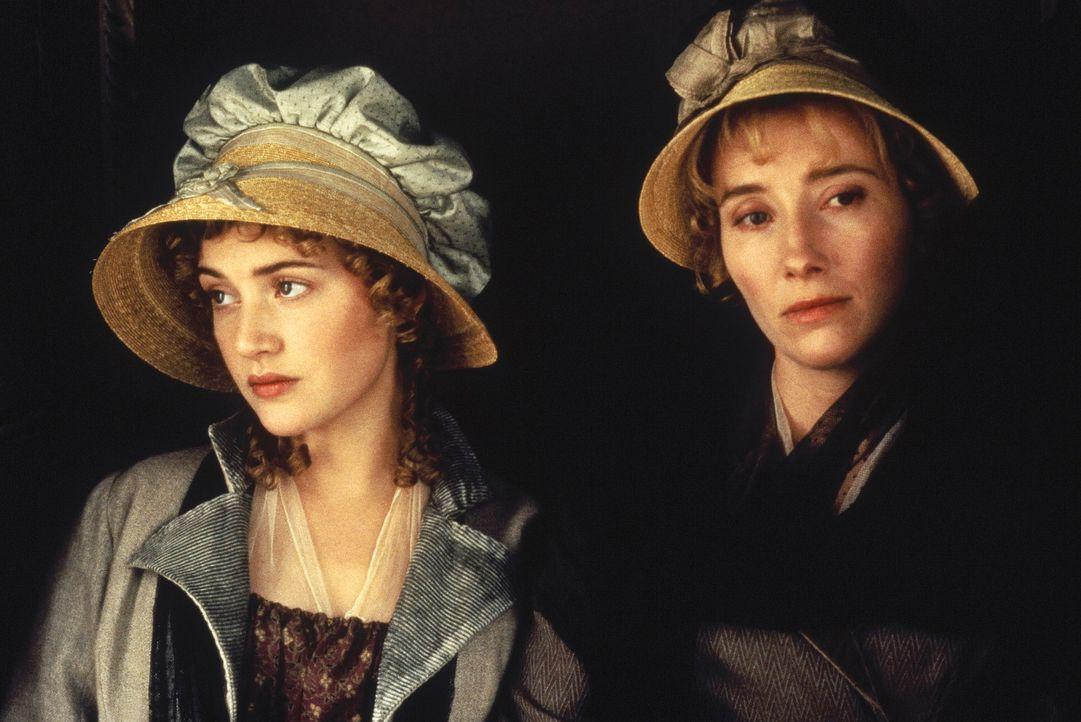 Nach dem Tod ihres Vaters müssen sich die Schwestern Elinor (Emma Thompson, r.) und Marianne Dashwood (Kate Winslet, l.) stark einschränken, da da... - Bildquelle: Columbia Pictures