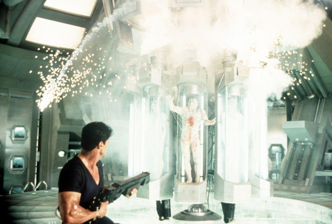 Der Kriminelle will die Weltherrschaft an sich reißen. Doch dazu muss er erst einmal Judge Dredd (Sylvester Stallone) aus dem Verkehr ziehen. Da hän... - Bildquelle: Buena Vista Pictures