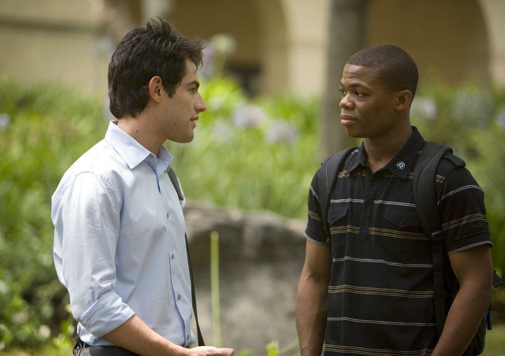Werden von Evan, der im Geld schwimmt, zum Essen eingeladen: Michael (Max Greenfield, l.) und Calvin (Paul James, r.) ... - Bildquelle: 2008 ABC Family