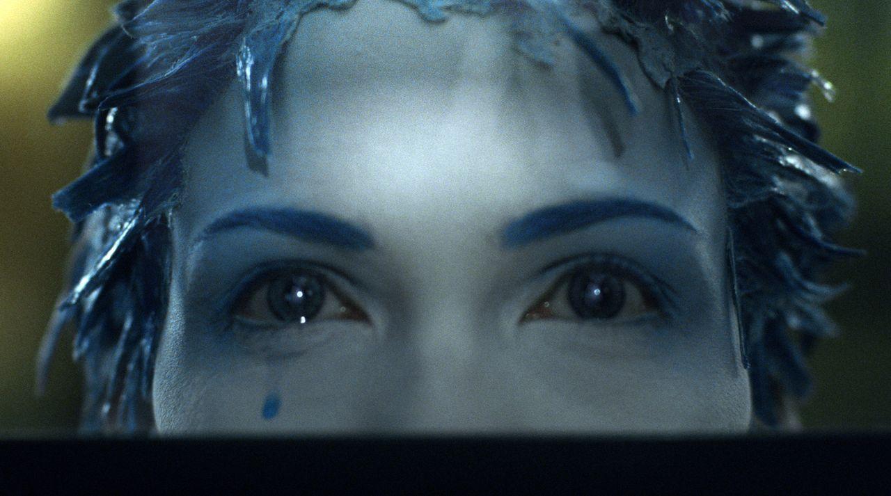 Jill (Linda Hardy) ist ein betörendes Zwitterwesen aus Mensch und Mutant, die mit blauen Haaren und weißer Haut ihre einsamen Tränen in den Schlucht... - Bildquelle: TF1 Films Productions