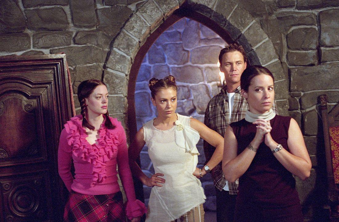 Leo (Brian Krause, 2.v.r.) ermutigt Paige (Rose McGowan, l.), in die Vergangenheit zu reisen, um die Schwestern Piper (Holly Marie Combs, r.) und Ph... - Bildquelle: Paramount Pictures