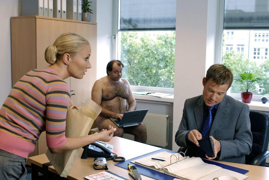 Markus Majowski (M.) kämpft im Büro um seine nackte Haut. Seine Kollegen (Janine Kunze, l., Mathias Schlung, r.) haben Erbarmen und starten die Ak... - Bildquelle: Sat.1