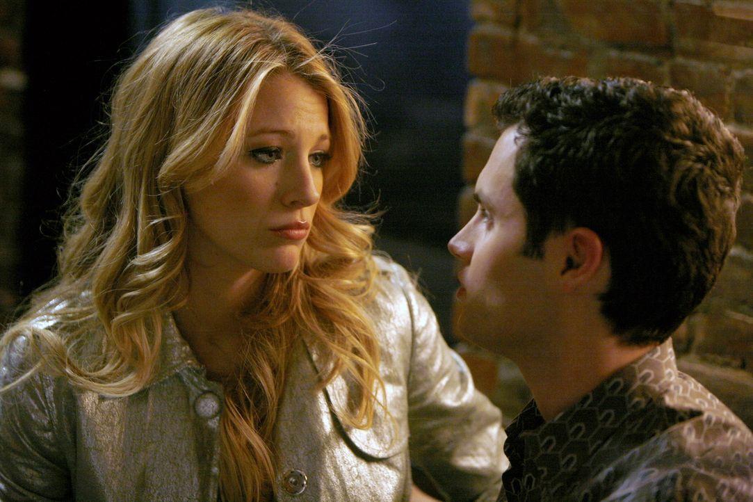 Serena (Blake Lively, l.) hat ein dunkles Geheimnis, von dem sie Dan (Penn Badgley, r.) nichts erzählen kann. Doch darunter leidet ihre Beziehung ... - Bildquelle: Warner Bros. Television