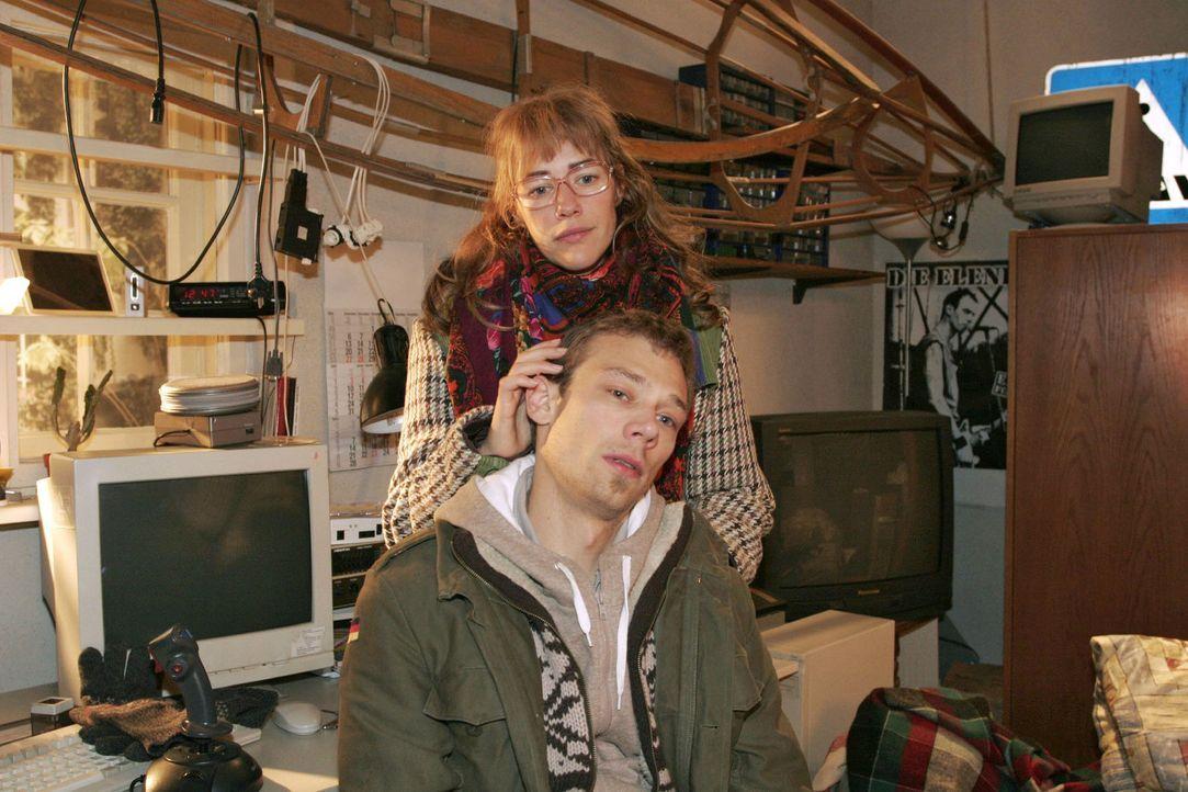 Lisa (Alexandra Neldel, hinten) reagiert betroffen, als für Jürgen (Oliver Bokern, vorne) wegen Sabrina und dem Kind plötzlich die Welt zusammenb... - Bildquelle: Noreen Flynn Sat.1