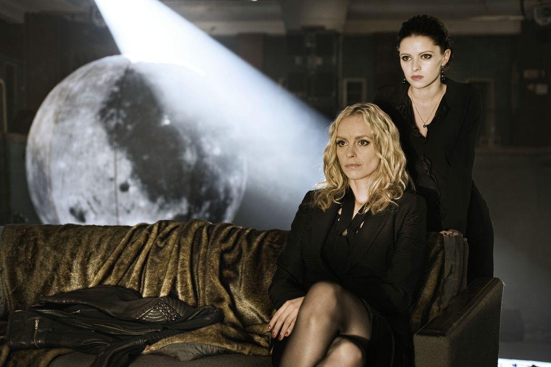 Bereits 1922 hat Vampirin Louise (Nina Hoss, l.) die elegante Charlotte (Jennifer Ulrich, r.) während der Uraufführung von Fritz Langs Dr. Mabuse in... - Bildquelle: 2010 Constantin Film Verleih GmbH.